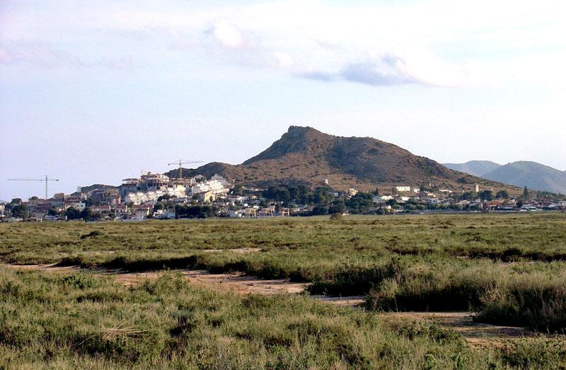 Foto 4: Panorámica del volcán del Carmolí, originado fundamentalmente por emisiones de andesitas calcoalcalinas potásicas