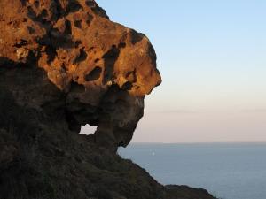 El viento, el agua, la meteorización e incluso la vegetación van esculpiendo la roca con formas erosivas caprichosas.  En la cima del Cabezo está una geoforma que los lugareños llaman