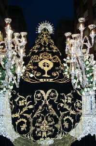 Manto de la Virgen de la Soledad, de terciopelo negro bordado en oro