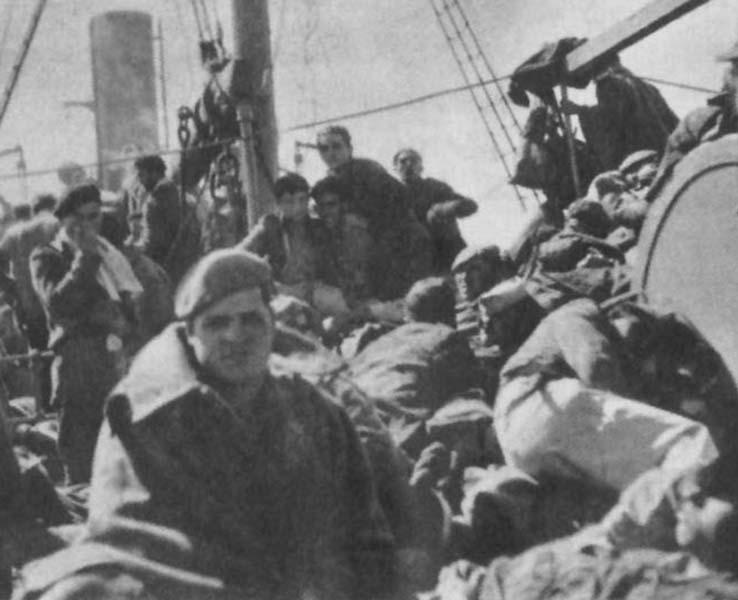 Tropas nacionales en el buque Castillo de Olite