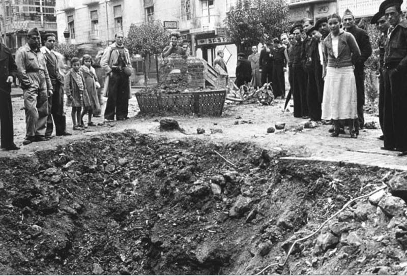 Daños en la plaza del Risueño por el ''bombardeo de las 4 horas'' de la Legión Cóndor en Cartagena (1936)